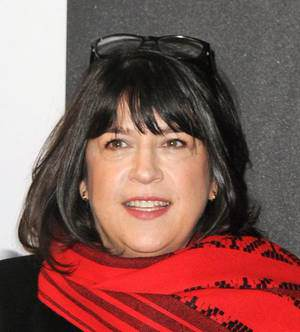 Madame E.L. James gagne actuellement un million de dollars par semaine.